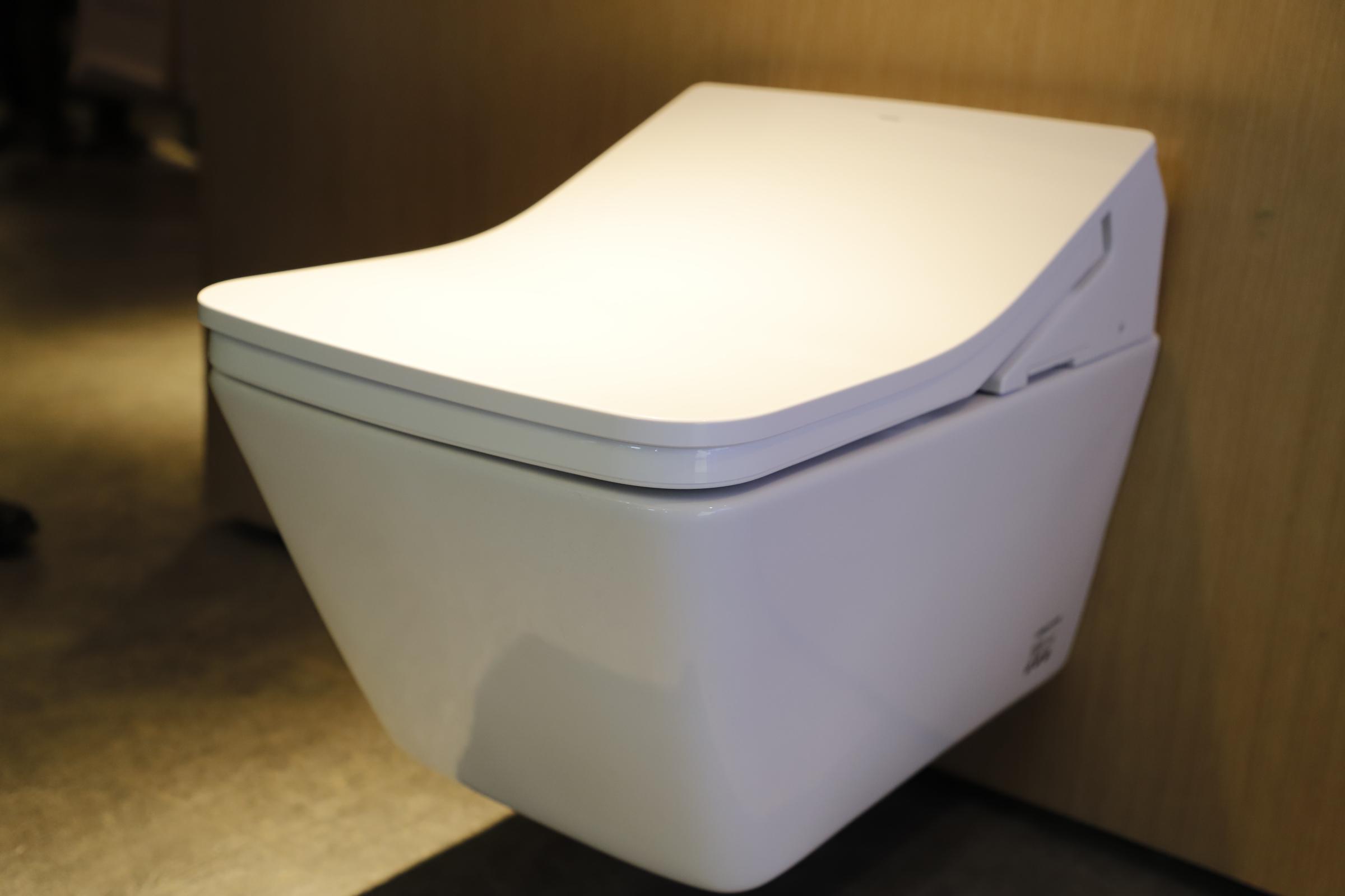 TOTO:智能洁净系统,污垢浮在陶瓷表面,难以粘附;智净消毒,去除喷嘴细菌健康无忧;漩涡式强劲冲洗。