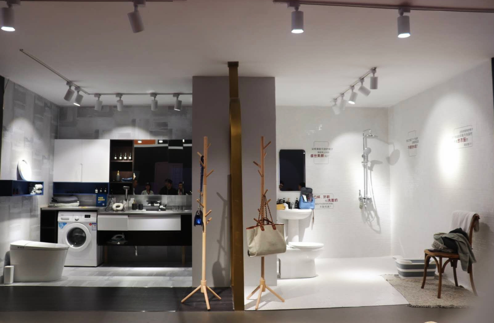 """全卫定制品牌这么多,但是以两个不同场景空间做对比来展示的,意中陶是第一家,这个空间源于""""生活不止AB 面""""的理念,不同的空间应用,可以为你带来不一样的浴室生活,嗯,确认过眼神,这是家有思想的卫浴品牌!"""