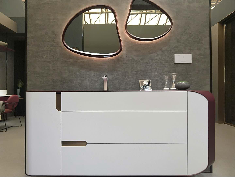 天空之作形象款浴室柜,造型时尚,颜色年轻,还具有强大的收纳空间,可谓颜值与功能兼具!