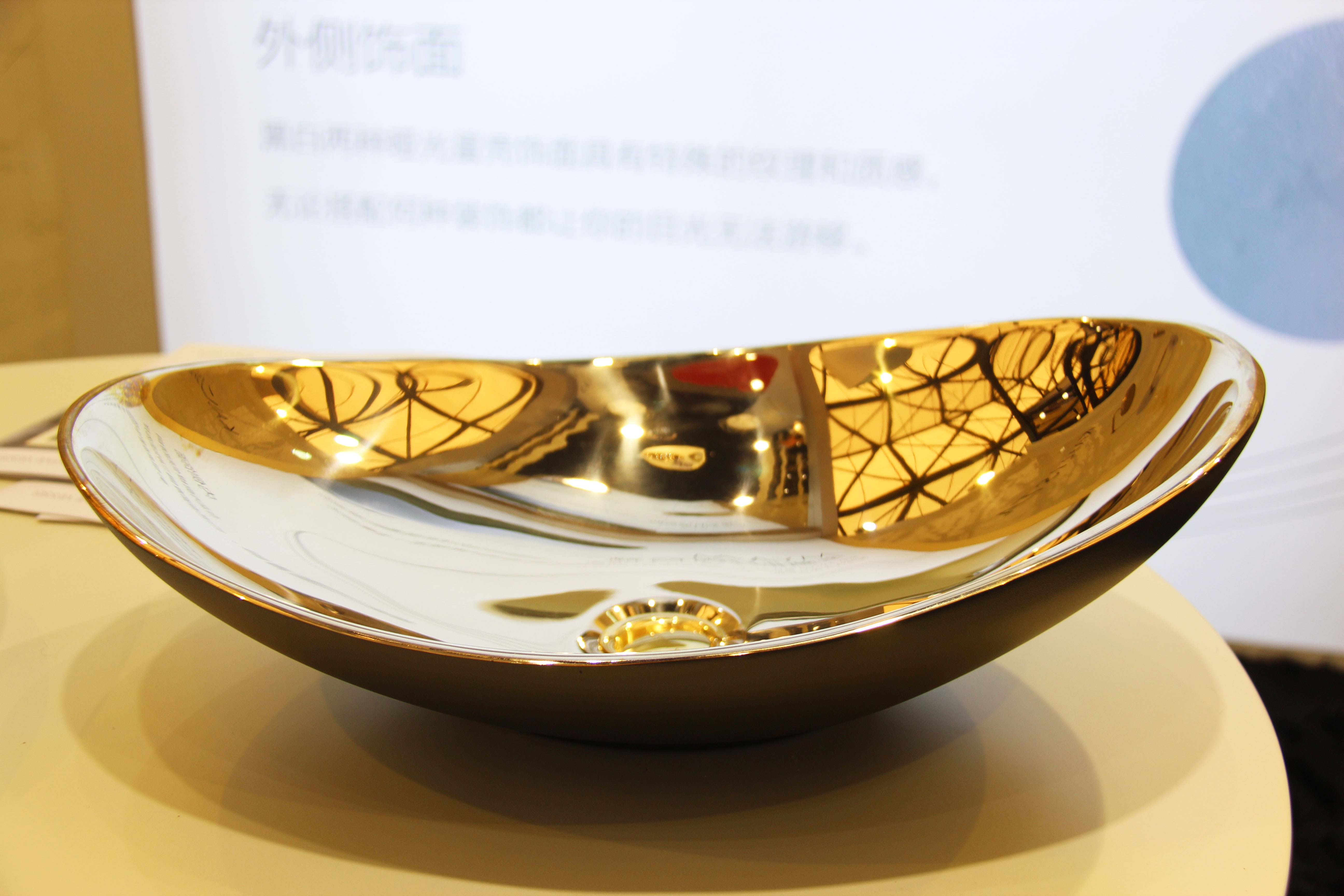 科勒旗下奢侈品牌KALLISTA,带来青铜铸造的MYAM全新时尚台盆,线条搭配简约却不乏设计感。台盆内侧采用光滑的缎面青铜,外侧的哑光蛋壳饰面具有特殊纹理和质感,彰显典雅奢华质感。