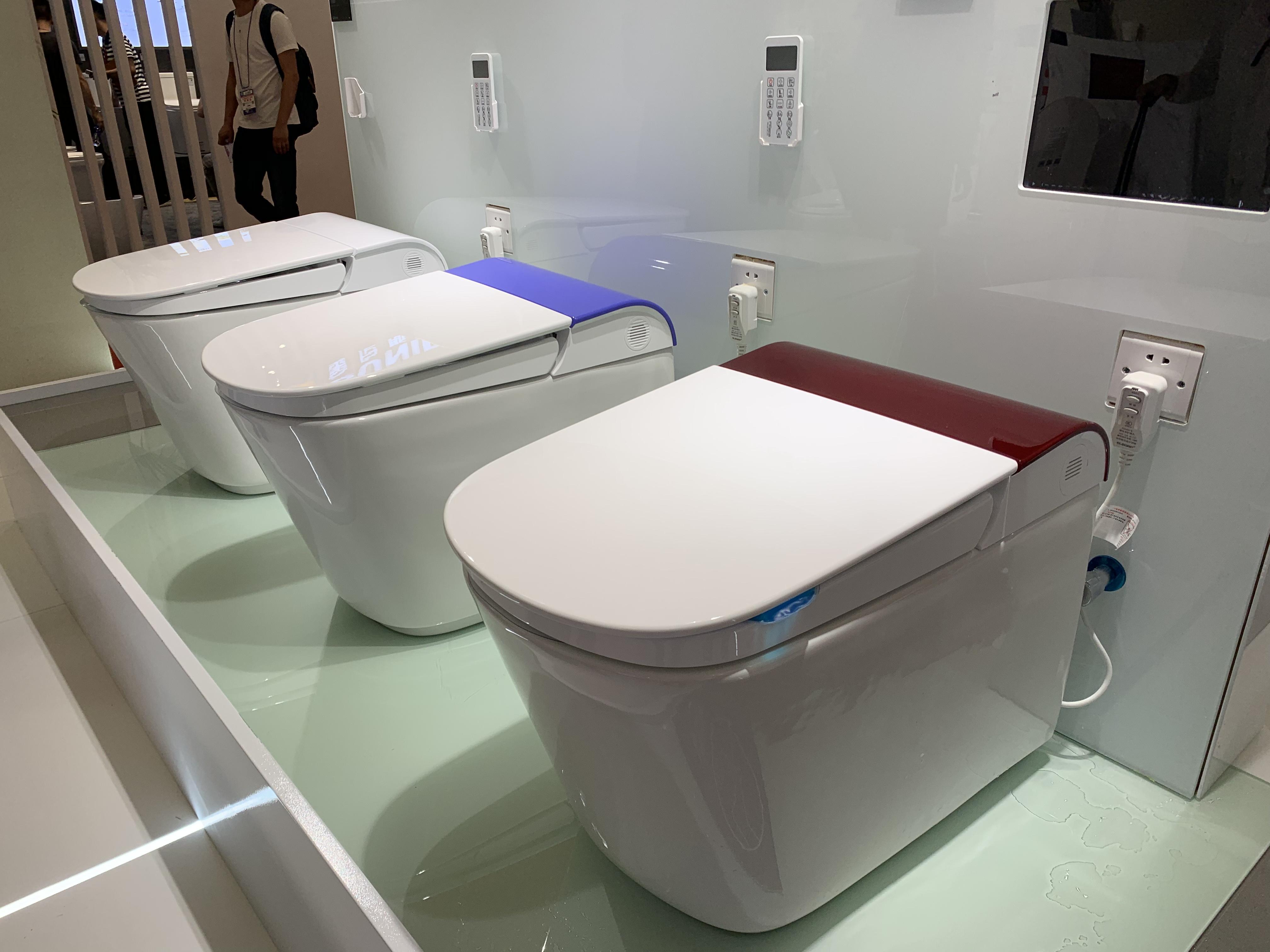 欧路莎今年推出的新品智能马桶IT-912,最大的亮点是断电还可以冲洗,并且色彩多样化,可以定制 ,整体造型设计感强,简洁,符合中国人圆中带方,方中带圆的圆弧型设计,盖板也是超薄设计,坐圈根据人体工程学原理,有内陷设计,即使久坐腿也不会发麻。